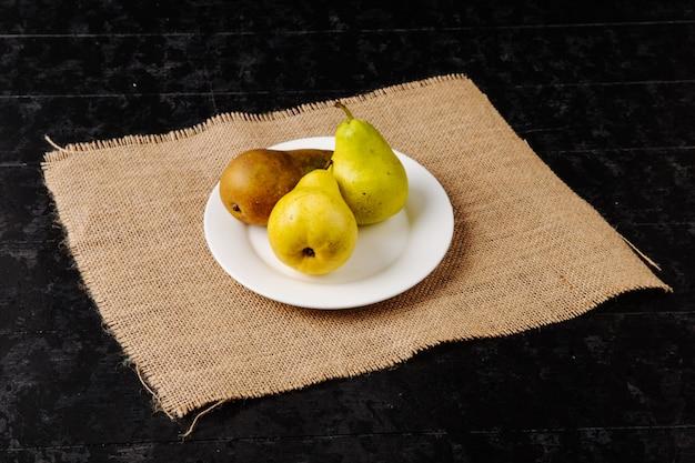 Boczny widok świeże dojrzałe bonkrety na talerzu na parciaku