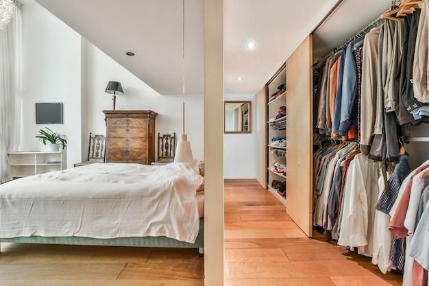 Boczny widok sypialni i luksusowej garderoby