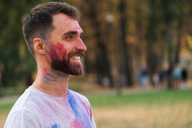 Boczny widok szczęśliwy mężczyzna przy holi festiwalem