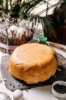 Boczny widok tradycyjny azerski shah pilaw i pikantność na drewnianej desce