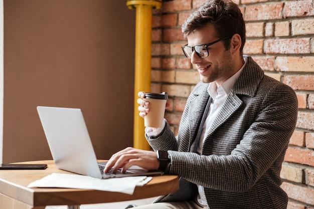 Boczny widok uśmiechnięty biznesmen w eyeglasses