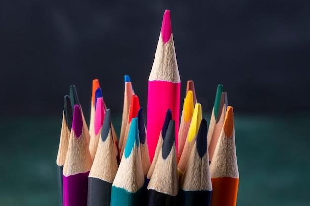 Boczny widok wiązka barwioni ołówki na zmroku