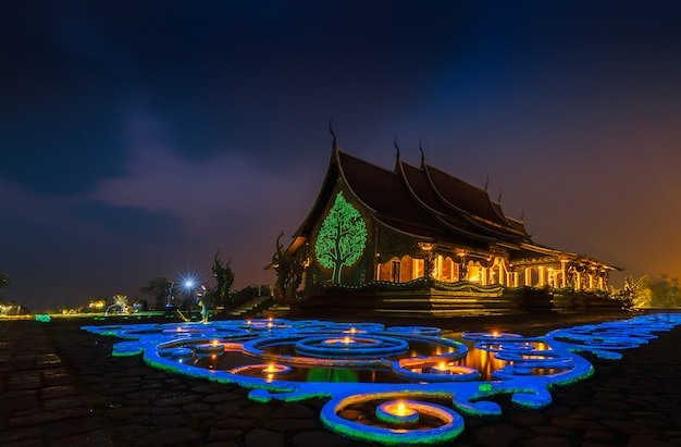 Bodhi drzewo jarzy się wat sirindhornwararam (phu prao świątynia), ubon ratchathani, tajlandia.