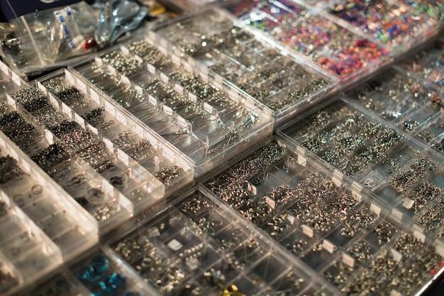 Body piercing biżuteria w plastikowych skrzyniach