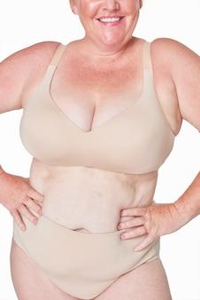 Body pozytywna beżowa bielizna happy plus size modelka pozowanie
