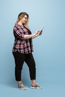 Bodypositive kobiecy charakter. bizneswoman plus size