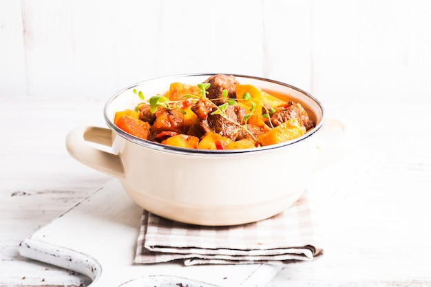 Boeuf bourguignon - duszone mięso z warzywami w zapiekance