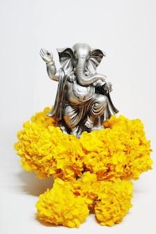 Bóg ganesha jest panem sukcesu bogiem hinduizmu na kwiatach nagietka