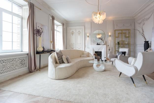 Bogate luksusowe wnętrze przytulnego pokoju z nowoczesnymi stylowymi meblami i fortepianem, ozdobione barokowymi kolumnami i sztukaterią na ścianach