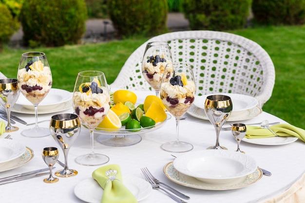 Bogato zdobiony stół bankietowy z serwetkami z brylantowym pierścionkiem na bankiecie