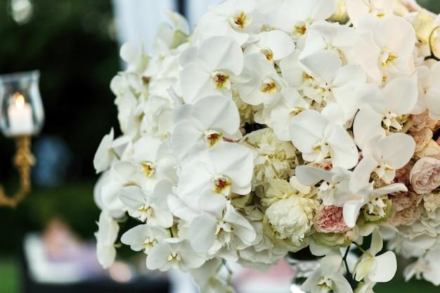 Bogaty bukiet z białych piwonii i orchidei