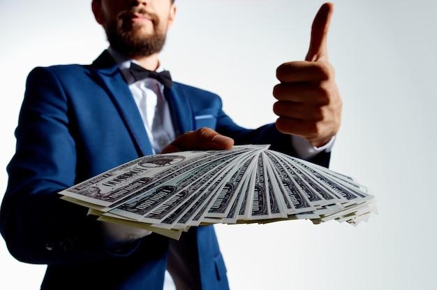 Bogaty człowiek finanse sukcesu jasne tło