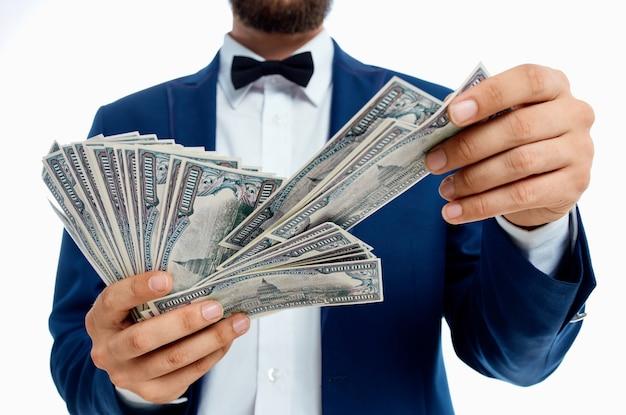 Bogaty człowiek inwestycje gospodarka na białym tle