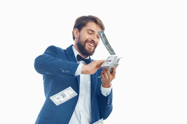 Bogaty człowiek pieniądze w ręku na białym tle