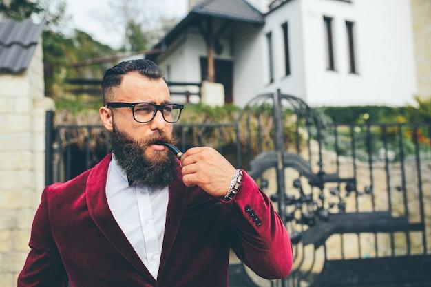 Bogaty mężczyzna z brodą, myślący o biznesie