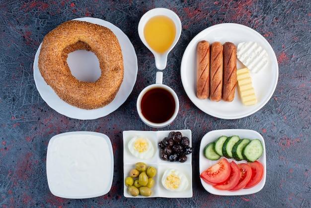 Bogaty stół śniadaniowy z różnorodnymi potrawami.