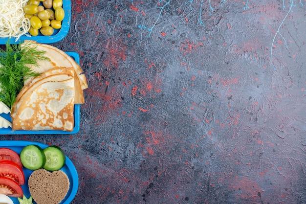 Bogaty Stół śniadaniowy Z Różnorodnymi Potrawami. Darmowe Zdjęcia