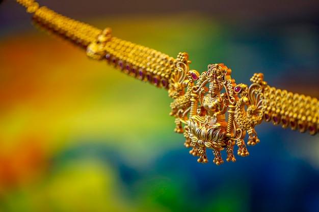 Bogini laxmi na złotym naszyjniku design,