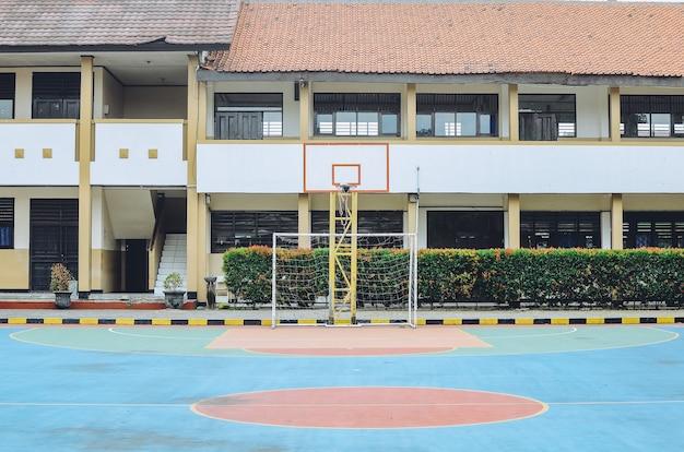 Boisko do koszykówki na świeżym powietrzu do zabawy dla dzieci w wieku szkolnym