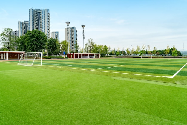 Boisko do piłki nożnej i domek są w parku