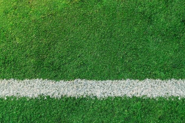Boisko do piłki nożnej lub piłki nożnej z białą linią