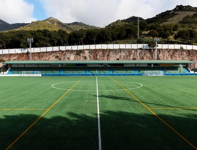 Boisko do piłki nożnej na tle przyrody