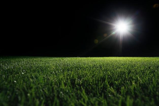 Boisko do piłki nożnej ze świecącym reflektorem