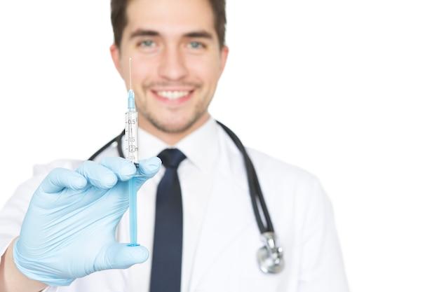 Boisz się igieł? pionowe strzał zbliżenie lekarza płci męskiej trzymając strzykawkę