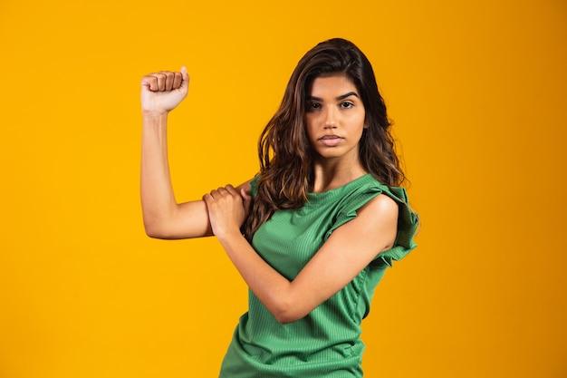 Bojowość. kobieta pazur. możemy to zrobić. równouprawnienie. dzień kobiet