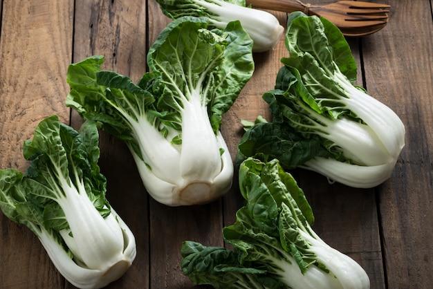 Bok choy lub mini bok choy, chińskie azjatyckie warzywa na drewnie