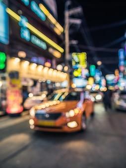 Bokeh nakręcony na ulicy z taksówką z przodu