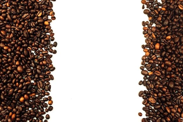 Boki ziaren kawy białe tło widok z góry stołu