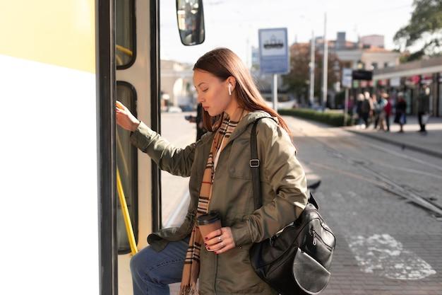 Bokiem pasażer wchodzący do tramwaju