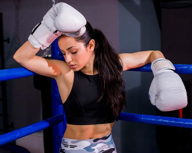 Bokser dziewczyna pozuje na siłowni