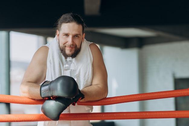 Bokser po treningu na ringu z wodą