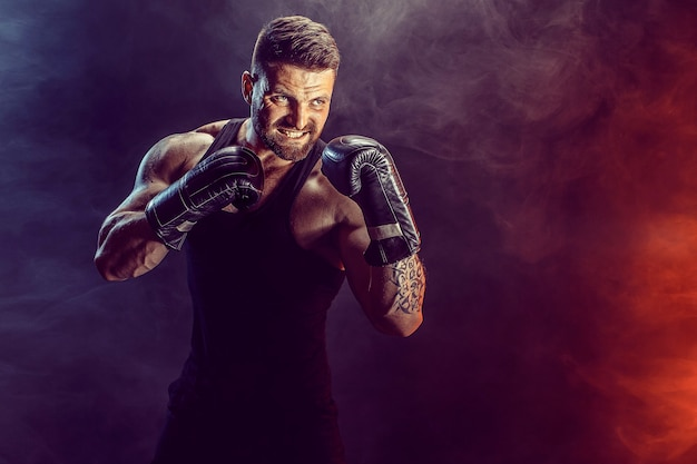 Bokser sportowca walczy na czarnej ścianie z cieniem. skopiuj miejsce. koncepcja sportu bokserskiego.