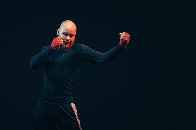 Bokser sportowca walki na czarnej ścianie