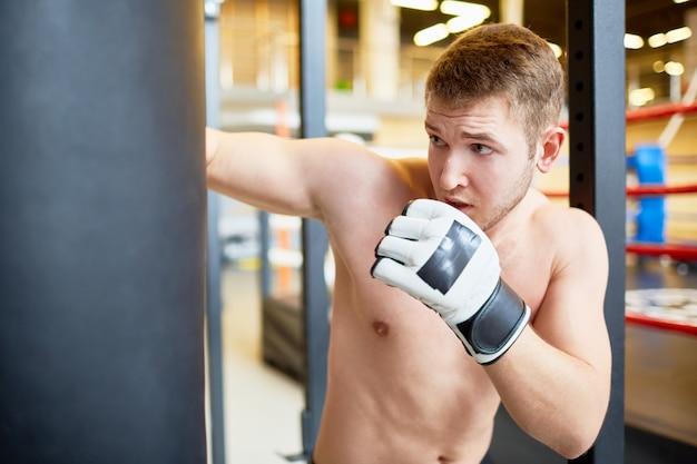 Bokser uderza torbę bokserską w fight club