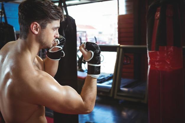 Bokser wykonujący postawę bokserską