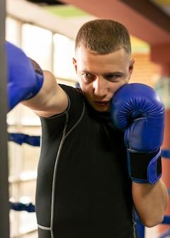 Bokser z rękawiczkami treningowymi