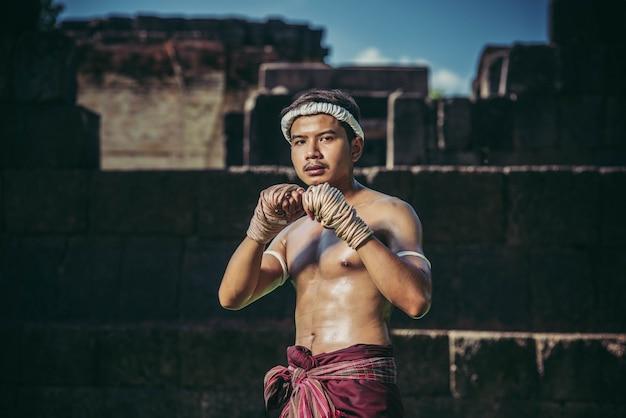 Bokser zawiązał sznur w dłoni i przeprowadził walkę, sztuki walki muay thai.