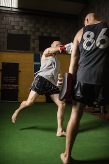 Bokserzy ćwiczący boks w studio fitness
