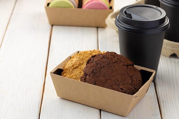 Boksuje z owsów ciastkami i filiżanką kawy na białym drewnianym stole