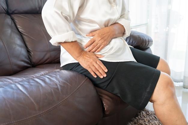 Ból biodra starszej kobiety w domu, problem opieki zdrowotnej starszej koncepcji