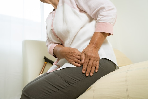 Ból biodra starszej kobiety w domu