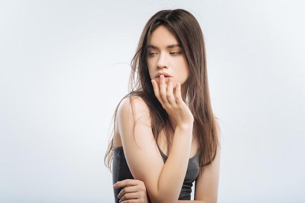 Ból brzucha. atrakcyjna, inteligentna smutna kobieta odczuwająca ból podczas dotykania ust i odwracania wzroku