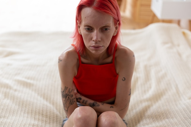 Ból brzucha i bulimia. ruda szczupła kobieta czuje się okropnie cierpi na ból brzucha i bulimię