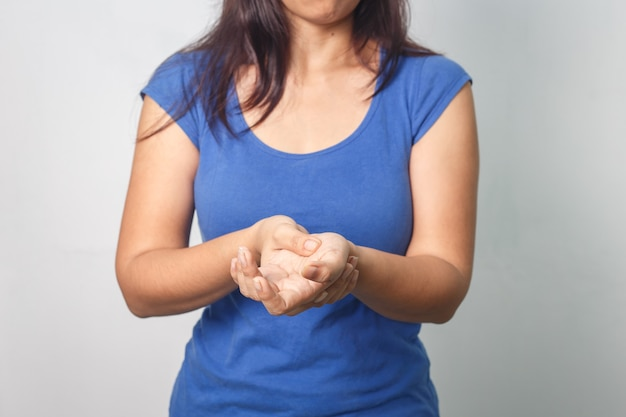 Ból dłoni kobiety na białym tle