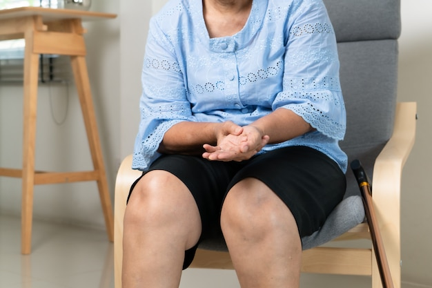 Ból dłoni nadgarstka starej kobiety, problem opieki zdrowotnej koncepcji seniorów