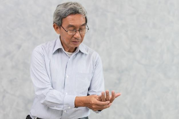 Ból dłoni w podeszłym wieku z palcem spustowym lub reumatoidalnym zapaleniem stawów.